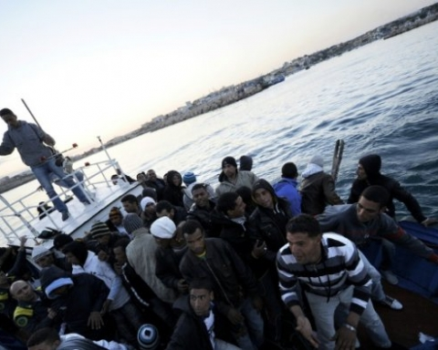 Un bateau de migrants tunisiens entre dans le port italien de Lampedusa, le 12 avril 2011 ©Photo:AFP/Archives/Filippo Montefort