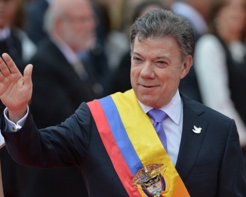 BOGOTA, COLOMBIA - AUGUST 07:  Reelected  President Juan Manuel Santos raises his hand in greeting after he officially takes office as President of Colombia at Plaza Bolivar on August 07, 2014 in Bogota, Colombia. (Photo by Gabriel Aponte/LatinContent/Getty Images)